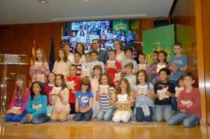 alumnos recogiendo el premio de la Fundación ONCE